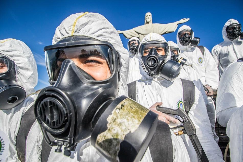 Rio de Janeiro: Soldaten desinfizieren das Gelände des Christus der Erlöser, das derzeit geschlossen ist. Während der Corona-Pandemie sind die meisten Touristenattraktion geschlossen worden.