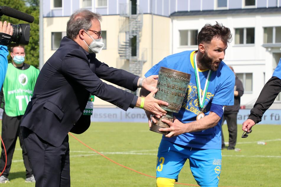 Siegerehrung mit Siegerpokal. Lok-Kapitän Sascha Pfeffer (34) bekam den Pokal von SFV-Präsident Herrmann Winkler.