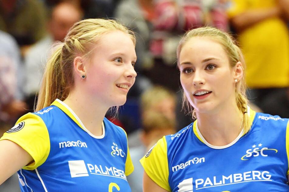 Geerties (links) im Dress des SSC Palmberg Schwerin, neben ihr EX-DSC-Angreiferin Louisa Lippmann.