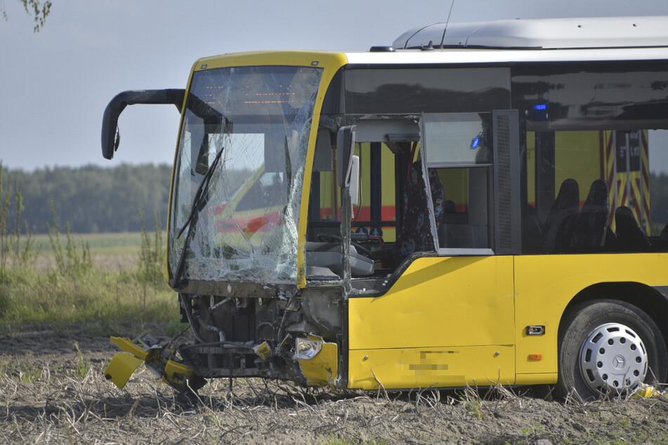 Der Bus konnte dem Auto nicht mehr ausweichen und erwischte es mit seiner Front.
