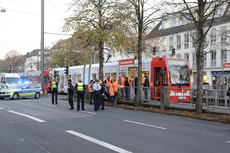 Feuerwehr und Polizei sperrten den Unfallort ab. Sanitäter kümmerten sich um das Unfallopfer.