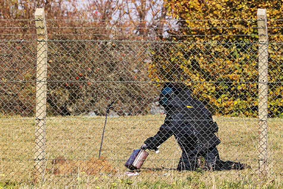 Ein Beamter des Kampfmittelbeseitigungsdienstes bereitet die Sprengung vor.