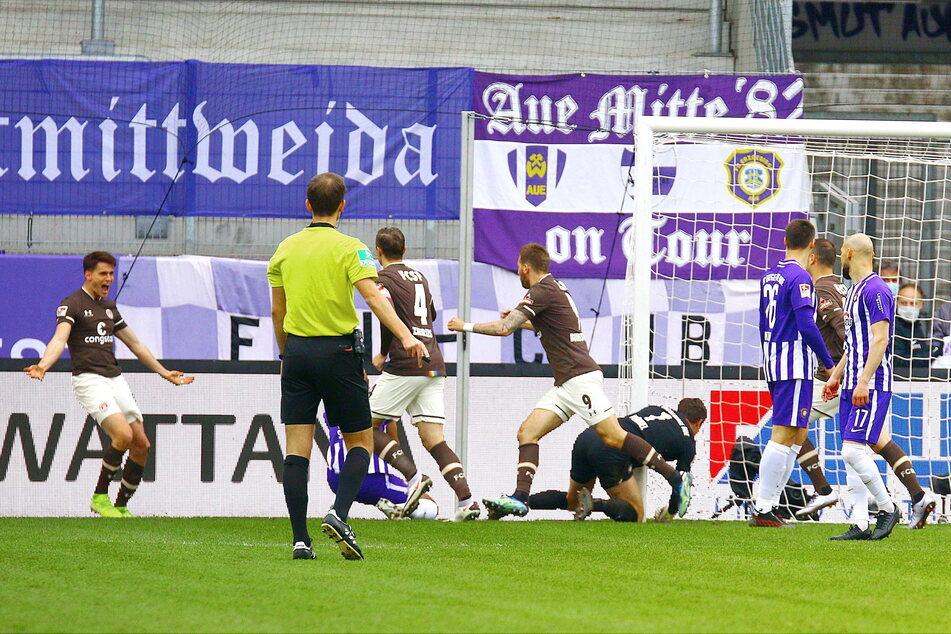 Luca-Milan Zander (25) jubelt über seinen Treffer zum 1:0 für den FC St. Pauli weniger als 60 Sekunden nach dem Anpfiff.