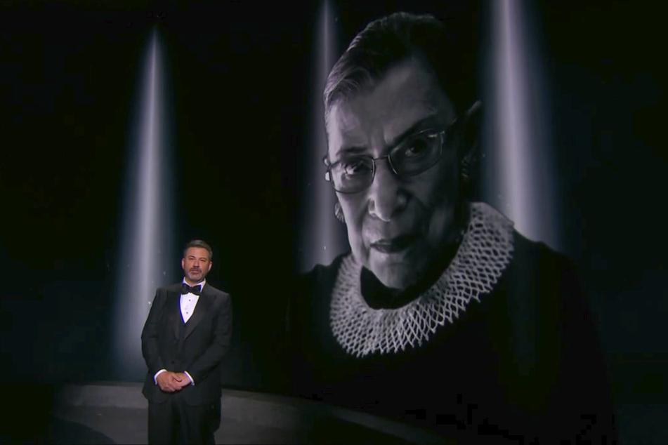 Moderator Jimmy Kimmel und ein Bild der verstorbenen Richterin am Supreme Court Ruth Bader Ginsburg während der Übertragung der Emmy Awards.