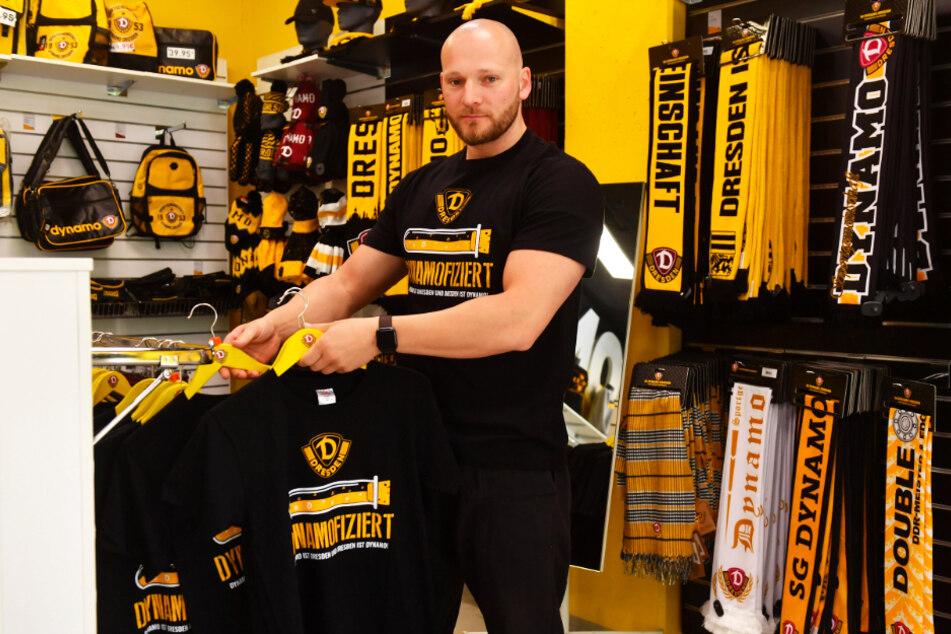 Felix Lorenz, Geschäftsführer des Dynamo-Fanshops, sortiert die frisch eingetroffenen Infiziert-Shirts ein. Diese sind derzeit der Renner, über 4000 wurden bereits verkauft.