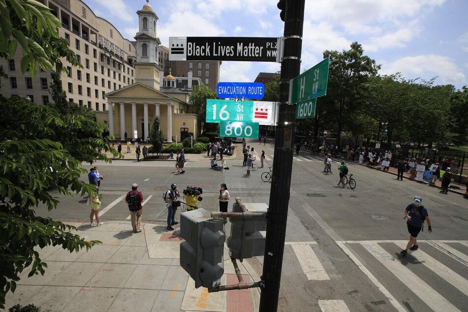 """Nach tagelangen Protesten gegen Rassismus und Polizeibrutalität nach dem Tod des Afroamerikaners George Floyd sollen fünf Straßen in New York künftig den Namen """"Black Lives Matter"""" tragen."""