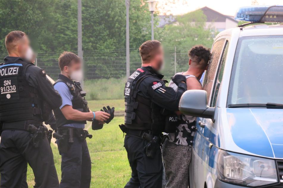 Die Beamten nehmen einen der mutmaßlichen Schläger fest.