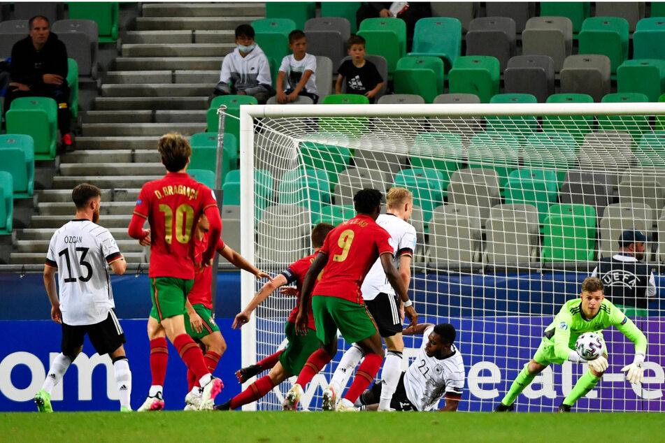 DFB-Keeper Finn Dahmen (r.) musste nur selten eingreifen, weil die deutsche Mannschaft die Portugiesen insgesamt gut vom eigenen Tor fern hielt.