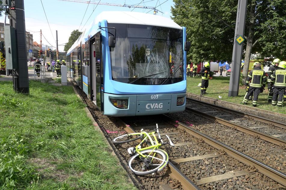 In Chemnitz wurde eine Radfahrerin von einer Straßenbahn erfasst und schwer verletzt.