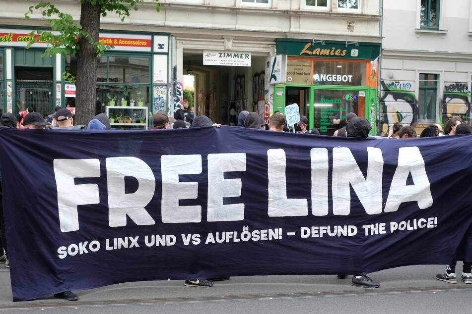 Die Studentin Lina E. sitzt seit sechs Monaten wegen des Verdachts, linksextreme Anschläge angeführt zu haben, in Untersuchungshaft. Immer wieder wird in Leipzig für ihre Freilassung demonstriert.