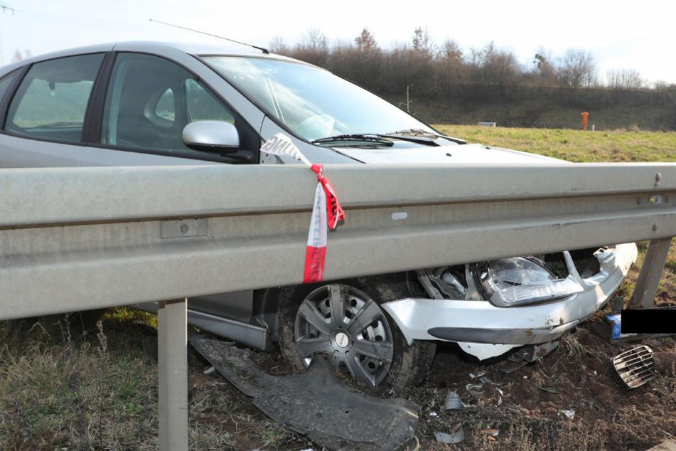 Unfall auf A17: Nissan über Wiese geschleudert und gegen Leitplanke geknallt