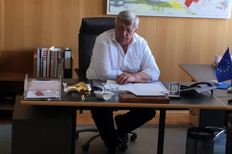 Der damalige Kasseler Regierungspräsident Walter Lübcke (†65, CDU) an seinem Schreibtisch, der jetzt ins Museum kommt. (Archivfoto)