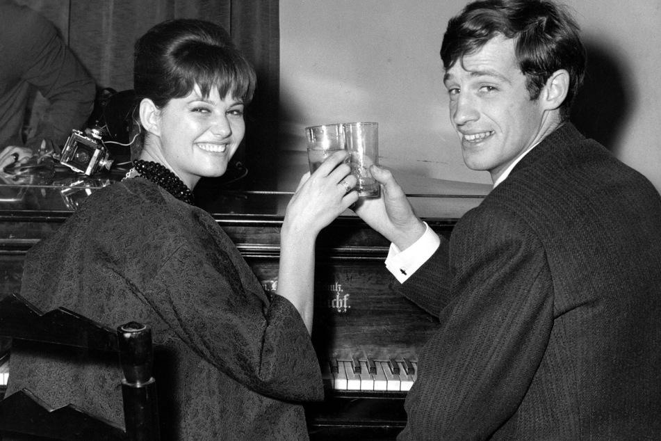 November 1960: Hier stößt Belmondo mit der italienischen Schauspielerin Claudia Cardinale bei einer Cocktailparty in der Foreign Press Association in Rom an. (Archivbild)