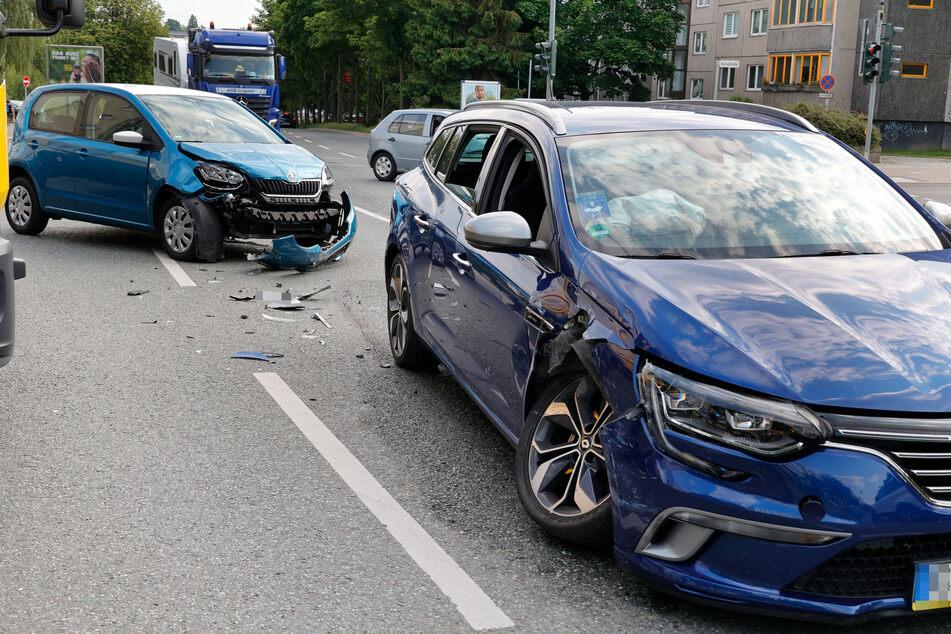 Auf der Leipziger Straße krachte es am Mittwochnachmittag! Ein Skoda kollidierte mit einem Renault.