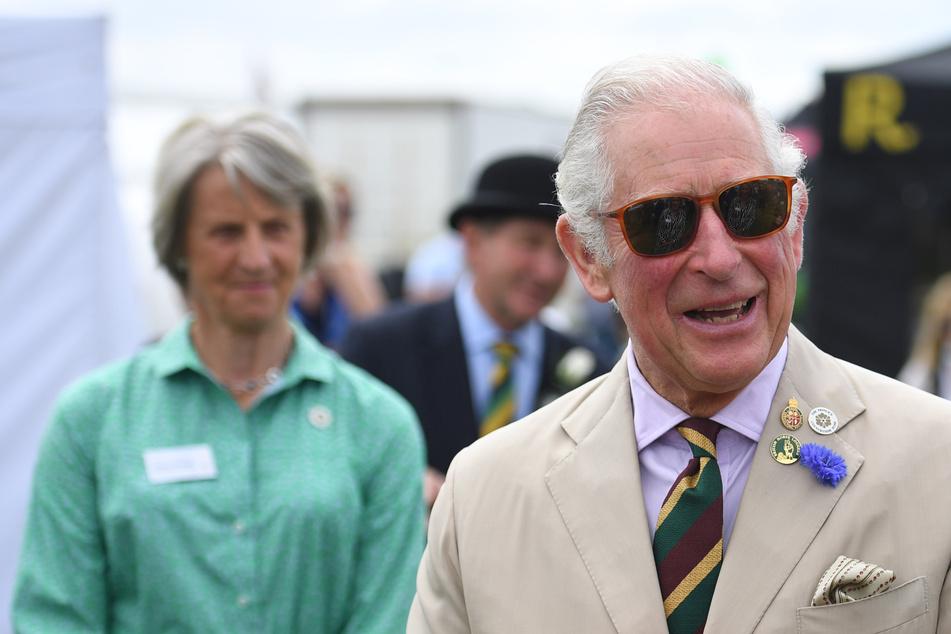 Royales (Un-)Glück: Prinz Charles tritt in Kuhfladen, Frau neben ihm reagiert genial