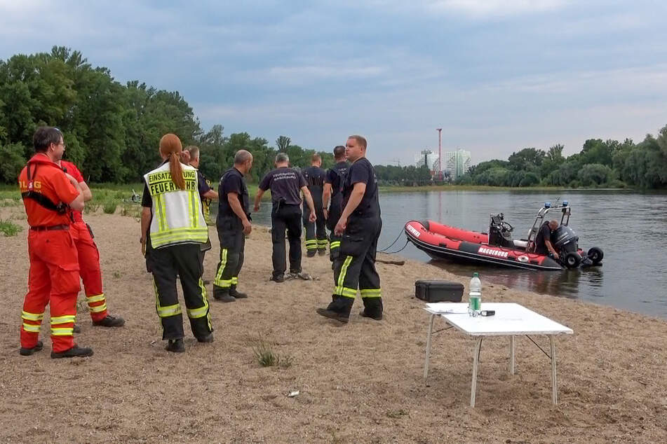 Auch in ihren Seitenarmen kann die Elbe bis zu 8 Meter tief werden. Ein Großaufgebot der Rettungskräfte suchte den Fluss am Sonntag nach dem Vermissten ab.