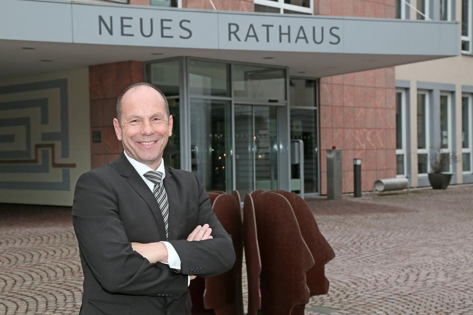 Stolz auf den Fischzug: Meeranes Bürgermeister Lothar Ungerer (61, parteilos).