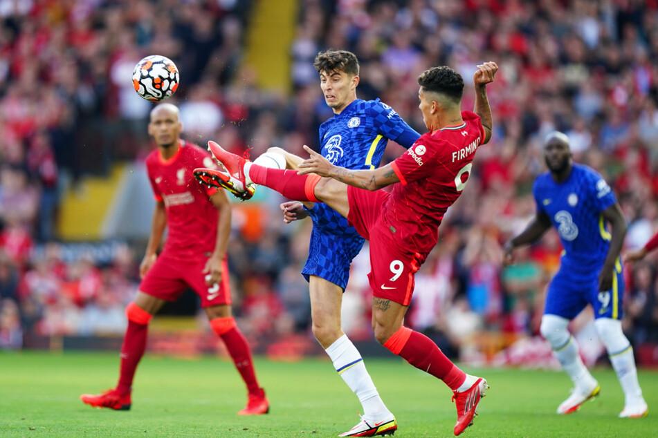 Der deutsche Nationalspieler Kai Havertz (2.v.l.) schoss den FC Chelsea beim FC Liverpool in Front. Der frühere Hoffenheimer Roberto Firmino (2.v.r.) musste später verletzt ausgewechselt werden.