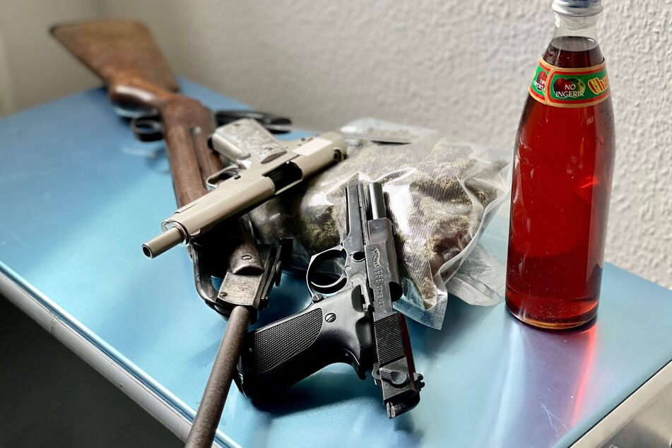 Bei Durchsuchungen in Marl haben Zollfahnder sechs Schuss- und eine Stichwaffe sowie große Mengen Drogen sichergestellt.