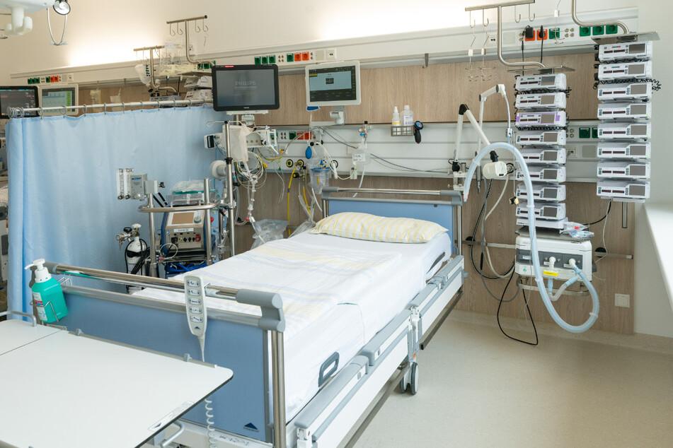 Ein Intensivbett in einer Intensivstation der Uniklinik Dresden. Links neben dem Bett steht eine Herz-Lungen-Maschine, oben befinden sich die Überwachungsmonitore für die Vitalfunktionen. Rechts neben dem Bett steht ein Beatmungsgerät und Infusionstechnik. Mit dieser Technik können schwerkranke Corona-Patienten versorgt werden. Aktuell werden in Dresdner Kliniken 2706 Covid-Patienten behandelt.