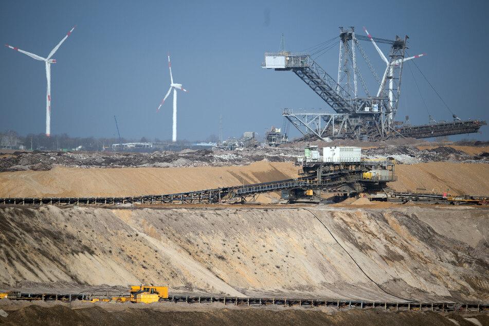 Die Landesregierung hat am Dienstag beschlossen, wie der Braunkohleabbau im rheinischen Revier weitergehen soll. Umwelt- und Klimainitiativen planen weitere Proteste. (Symbolfoto)