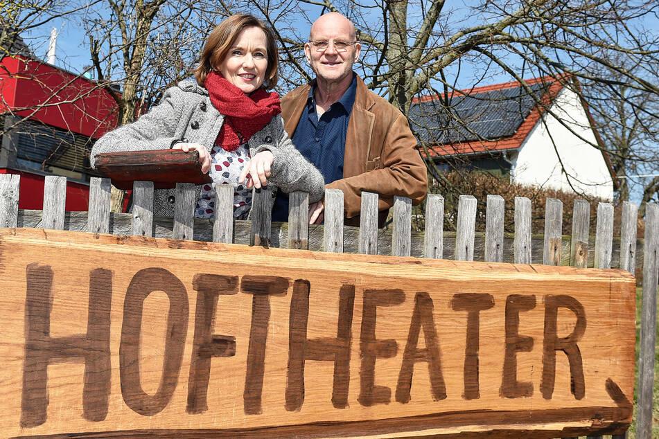 """Das Hoftheater in Weißig setzt 2G um. Intendant Dirk Neumann (mit Partnerin Josephine Hoppe) wirbt um Verständnis: """"Sonst könnten wir gar nicht spielen."""""""