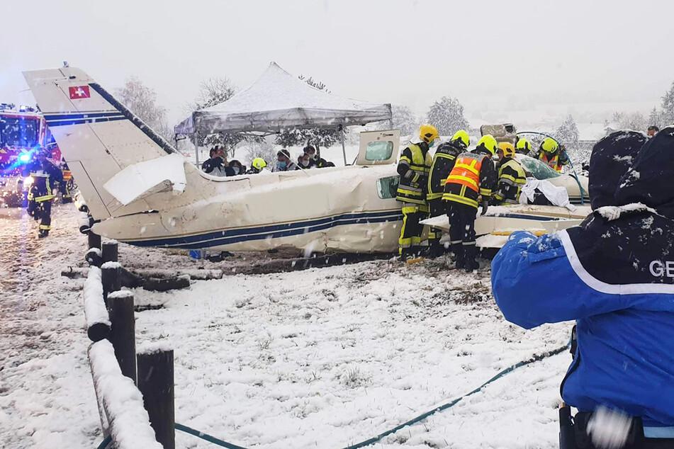 Zu viel Schnee: Pilot erkennt Landebahn nicht und kommt auf Fahrradweg zum Stehen