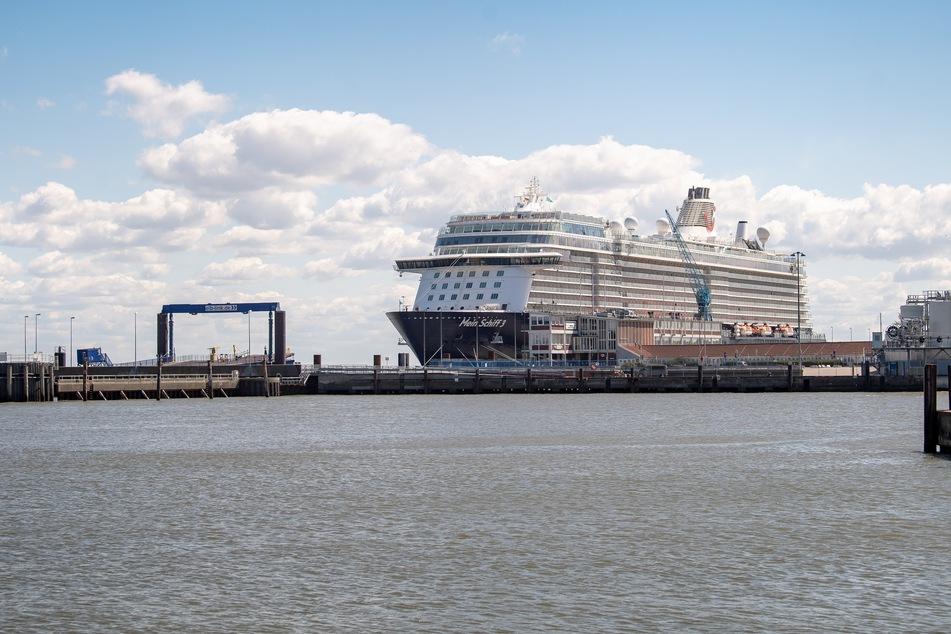 """Das Kreuzfahrtschiff """"Mein Schiff 3"""" liegt im Hafen."""