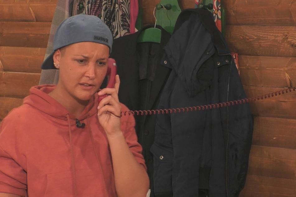 Michelle (26) nervt am Telefon.