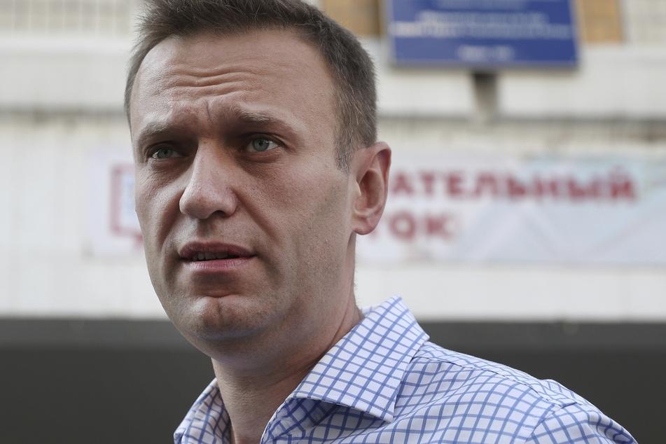 Alexej Nawalny (44), Oppositionsführer aus Russland, steht vor dem Wahllokal nach seiner Abstimmung.