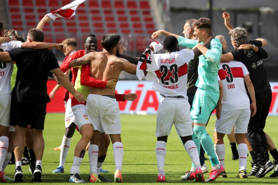 Die Profis des VfB Stuttgart feiern nach dem Kantersieg gegen Nürnberg den Fast-Aufstieg.