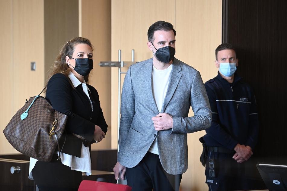 Christoph Metzelder (40, M), neben seiner Anwältin, Julia Donnepp, im Amtsgericht.