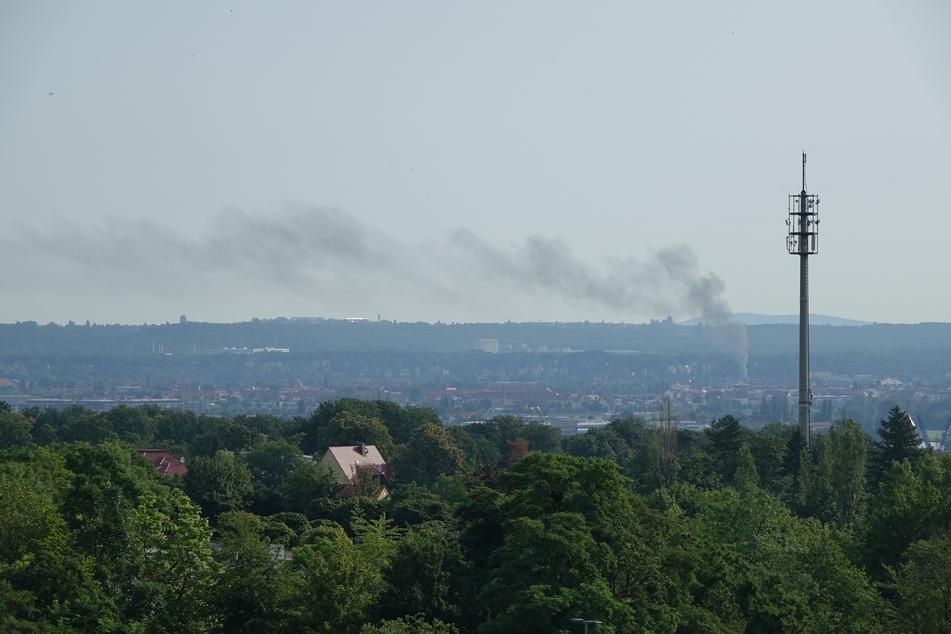Rauchwolke über Dresden. In der Maxim-Gorki-Straße kam es zu einem Brand.