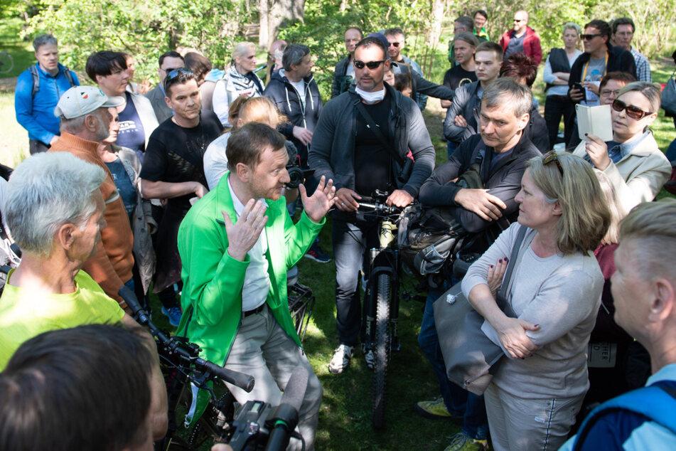 Michael Kretschmer (45, CDU, re.), Ministerpräsident von Sachsen, sprach am 16. Mai im Großen Garten in Dresden mit Anhängern von Verschwörungstheorien zur Corona- Krise. Eine Maske trug er dabei nicht.