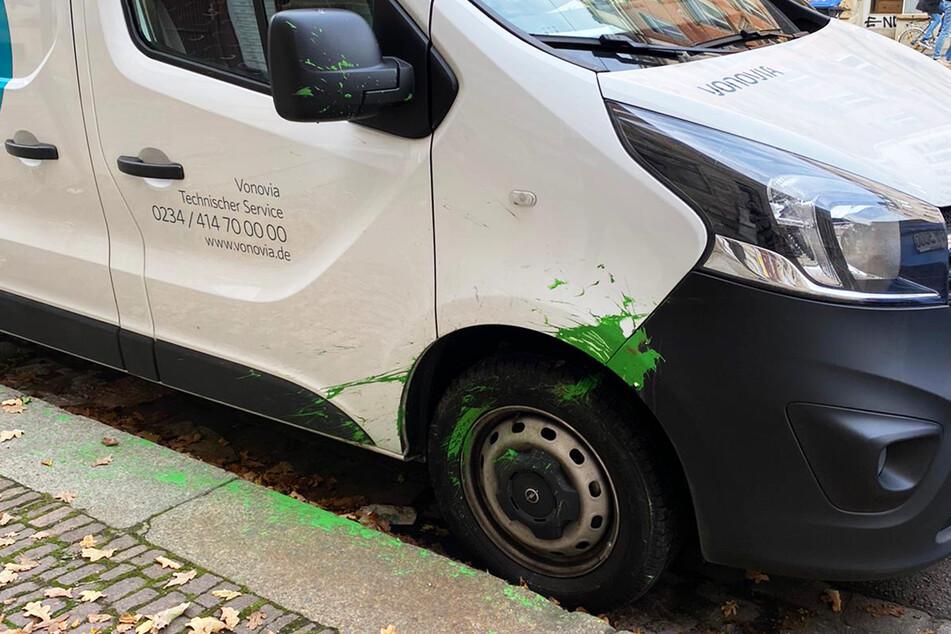 Bevor versucht wurde, das Auto anzuzünden, warf wohl ein Demonstrant einen Farbbeutel auf den Vonovia-Transporter.