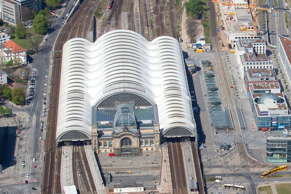 Der Dresdner Hauptbahnhof bekommt ein komplett neues Dach. Links und rechts werden daher riesige Kräne aufgestellt.