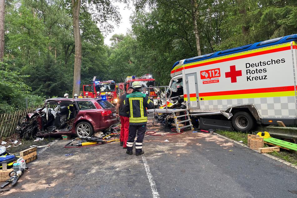 Rettungskräfte im Einsatz. Drei Menschen wurden nach ersten Informationen schwer verletzt.