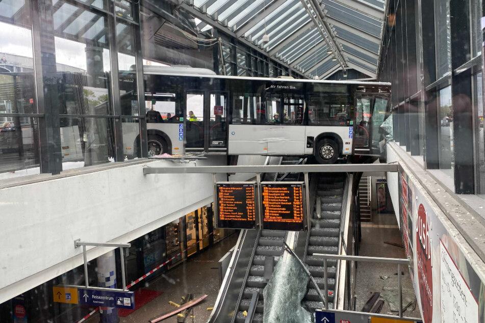 Dramatischer Unfall: Bus rast in Bahnhof und bleibt in der Luft hängen