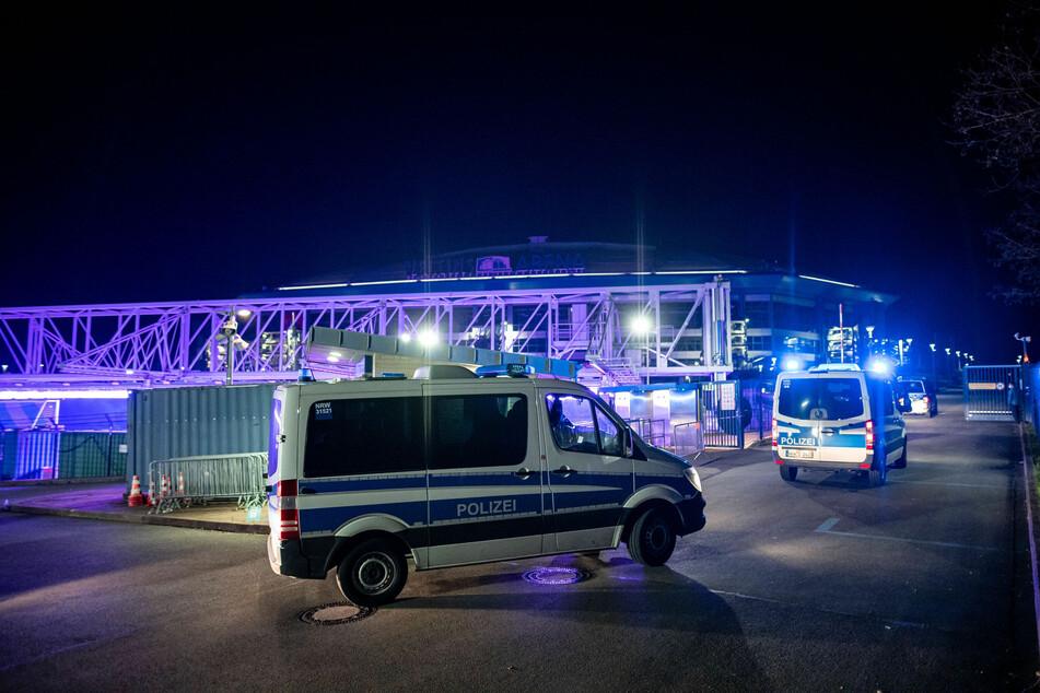 Einsatzkräfte der Polizei auf dem Schalker Vereinsgelände.