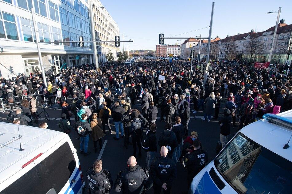 """Gegendemonstranten während der """"Querdenker""""-Proteste am 7. November in Leipzig."""