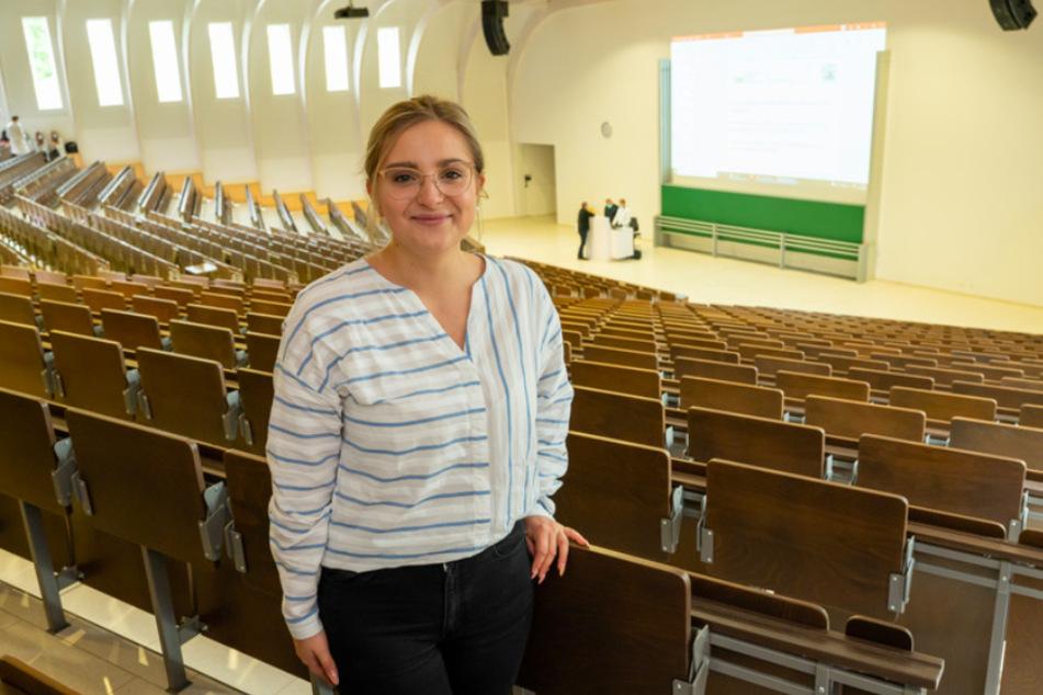Die Studentin Clara Waininger steht im Audimax des LMU Biomedizinischen Centrums. Waininger hat eine Pflegeausbildung angefangen, ist jetzt aber über die Landarztquote zum Medizinstudium zugelassen.