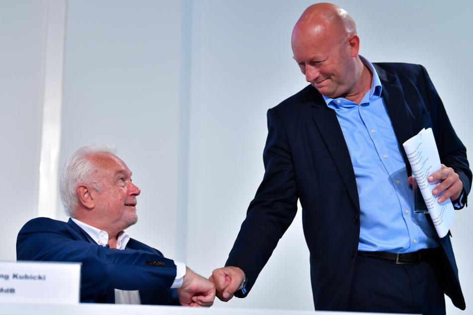 Thüringens FDP-Landesvorsitzender Thomas Kemmerich (56) begrüßt Parteikollege Wolfgang Kubicki (69). Der ehemalige Ministerpräsident von Thüringen sieht sich nicht in der Pflicht, Neuwahlen voranzutreiben.