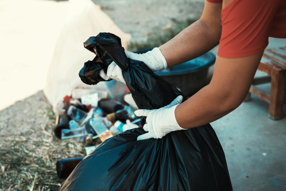 Die Leiche eines Neugeborenen wurden im Müll gefunden. (Symbolbild)