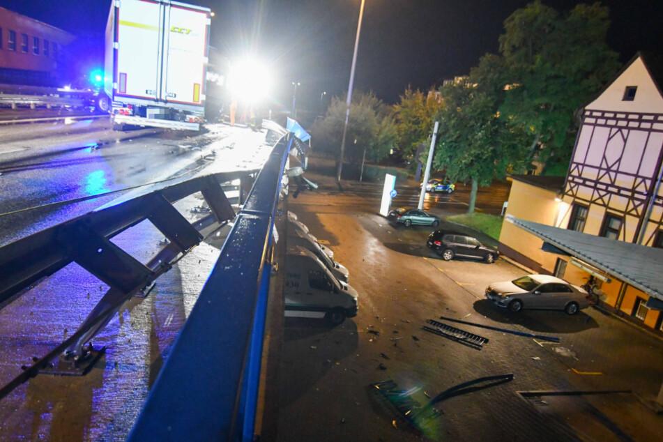Der Laster war von der Fahrbahn abgekommen und hatte Teile des Geländers beschädigt. Dabei waren auch Trümmerteile herabgestürzt.