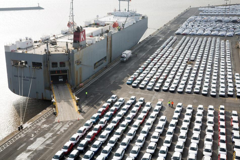 Fahrzeuge des Volkswagen Konzerns stehen im Hafen von Emden zur Verschiffung bereit.