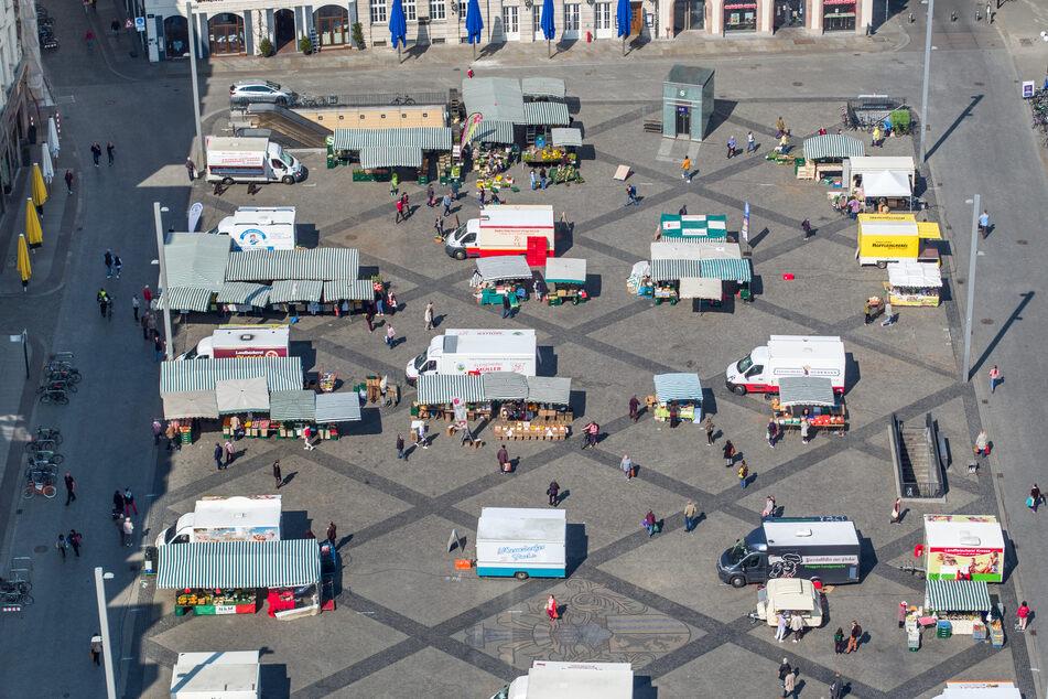 Die Stände auf dem Leipziger Wochenmarkt stehen nicht mehr dicht an dicht.