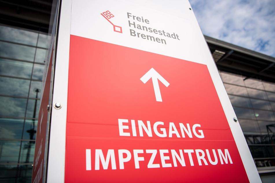 Ein Schild weißt auf das Impfzentrum von Bremen hin.