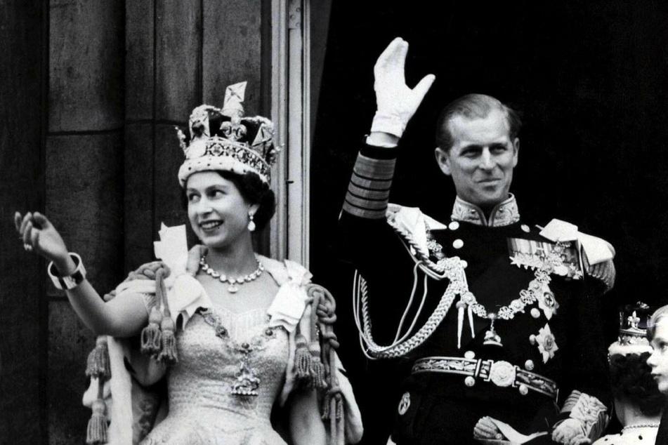 2. Juni 1953: Königin Elizabeth II. von Großbritannien und ihr Mann, Prinz Philip, winken nach der prunkvollen Krönungszeremonie in der Westminster-Abtei vom Balkon des Buckingham Palasts den Menschen zu.