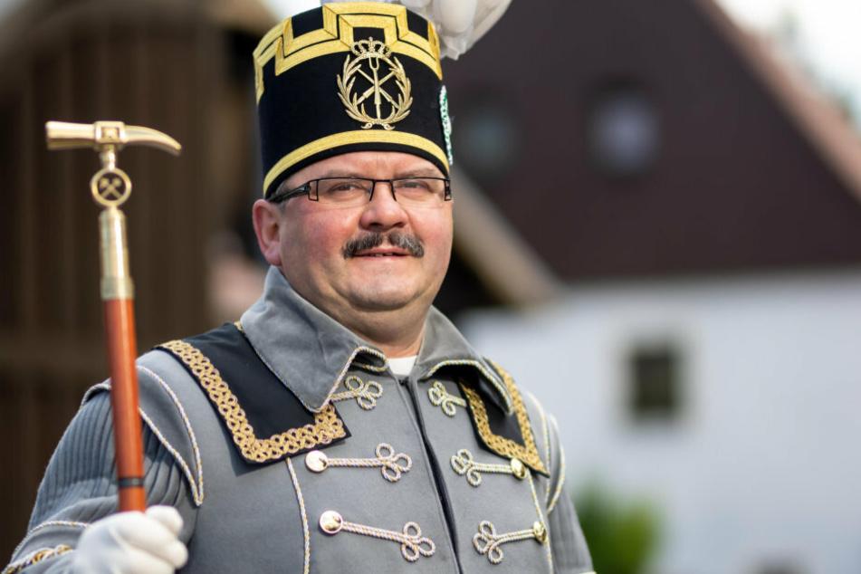 Rene Maier (50) gehört zur Saigerhüttenknappschaft in Olbernhau-Grünthal, die alte Traditionen bewahrt. Maier trägt mit Stolz sein schmuckes Habit.