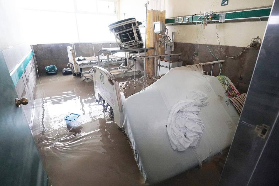 Überschwemmte Zimmer, beschädigte Betten und medizinische Geräte stehen in einem öffentlichen Krankenhaus in der Stadt Tula.